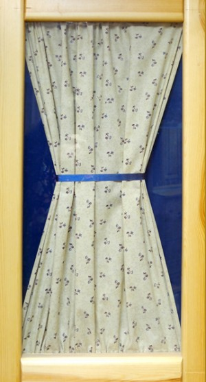 Вариант декорирования дверок тканью